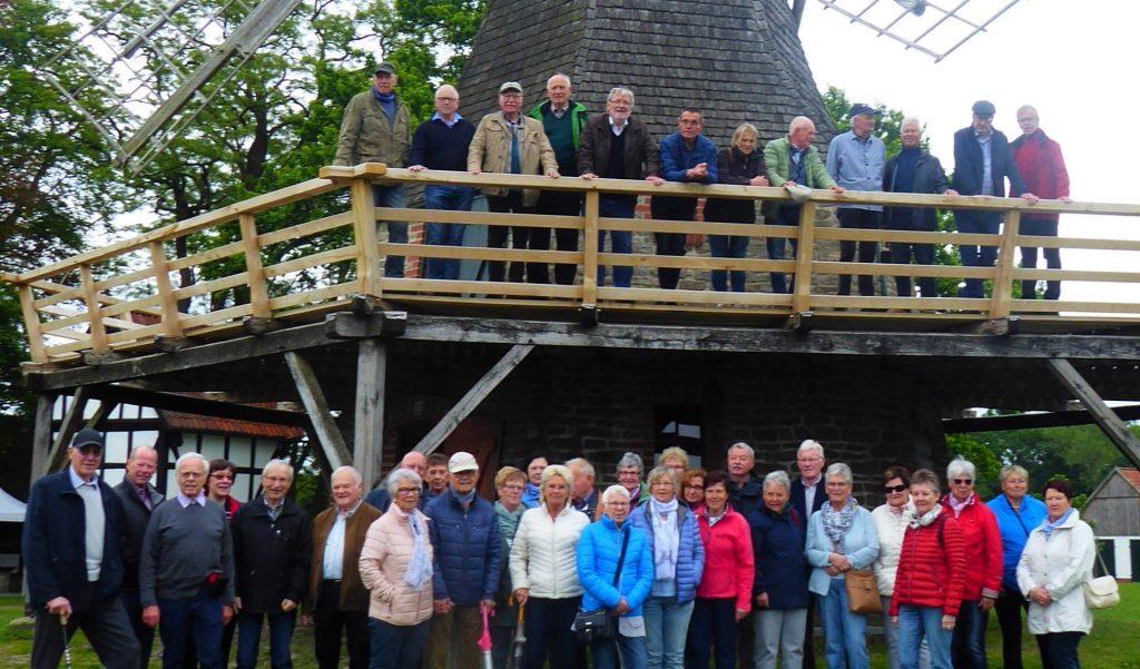 Chorfahrt 2019: Gruppenbild vor der Mühle in Levern